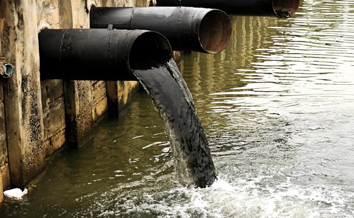 Грязная вода из трубы