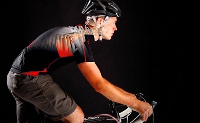 Поза велосипедиста неестественна для человека